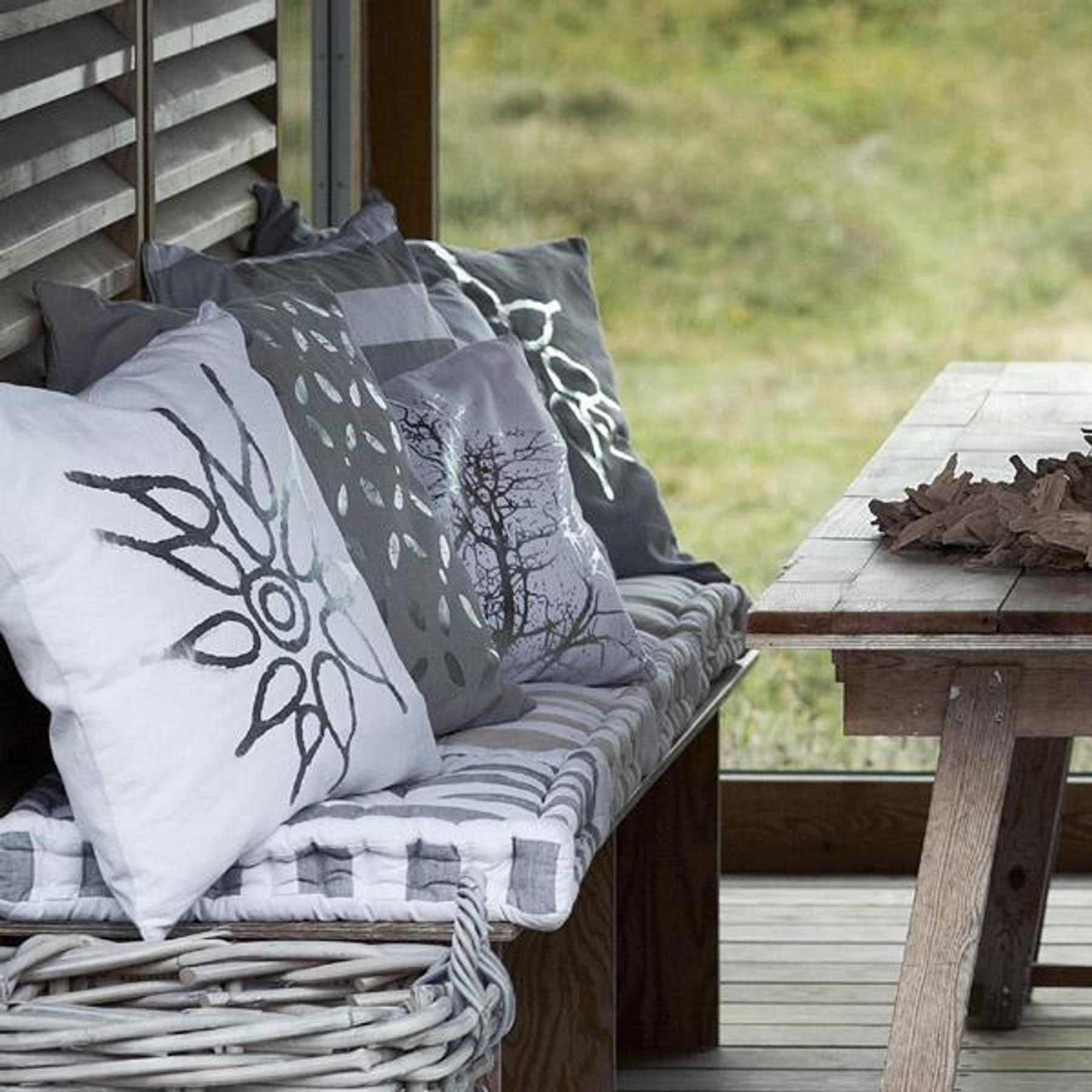 feste sofakissen feste sofakissen with feste sofakissen zwei groe sofakissen braun with feste. Black Bedroom Furniture Sets. Home Design Ideas