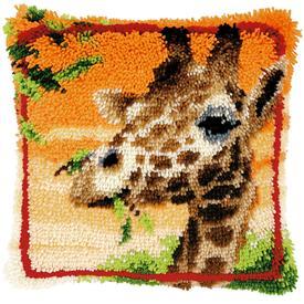 Giraffe Eating Leaves - smyrna kussen Vervaco | Knoopkussen met giraffe | Artikelnummer: vvc-147957
