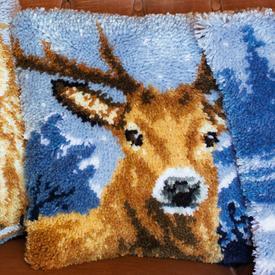Deer in the Snow - smyrna kussen Vervaco | Knoopkussen met hert | Artikelnummer: vvc-163875