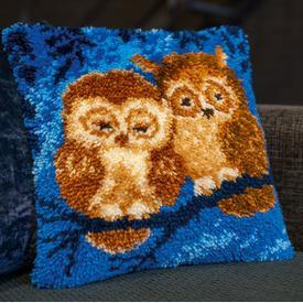 Cuddling Owls - knoopkussen Vervaco | Smyrna kussen met schattige uiltjes | Artikelnummer: vvc-179779