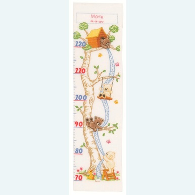 Popcorn - Growing Chart: In the Tree Hut - Borduurpakket met telpatroon | Groeimeter met beertje Popcorn | Artikelnummer: pop-145778