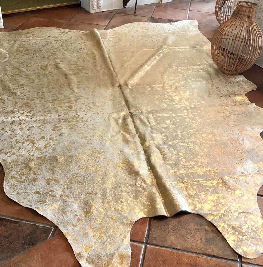 Kuhfell Teppich in edlem Design in der Farbe Gold. Größe: 150 cm x 250 cm. Material: Leder.