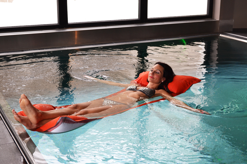 Floating chair, floating mat and floating chair in one offers the textile water hammock Salerno from short production.