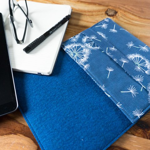 Blaues Laptop Sleeve/Tablet Sleeve mit Pusteblumen von marengu